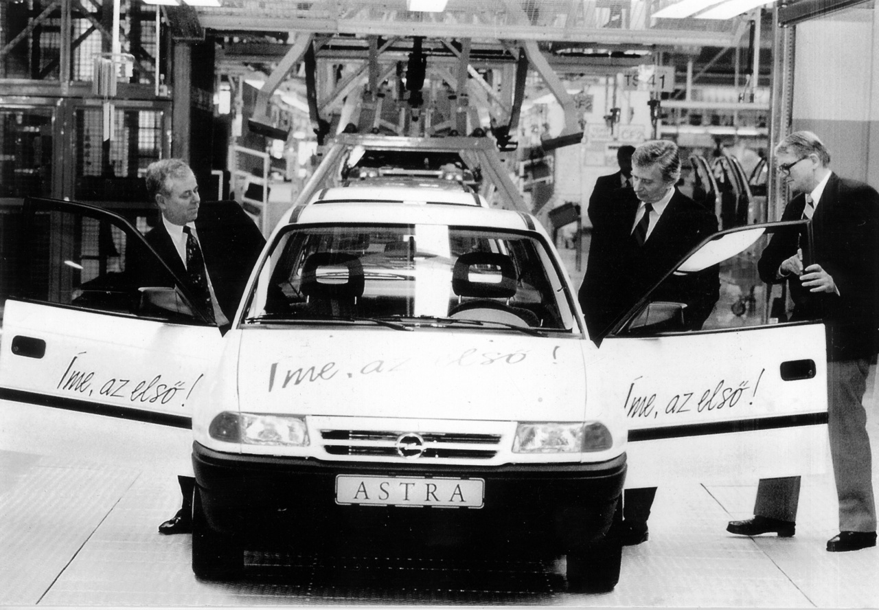 A közlekedés által generált CO2-kibocsátás 1985-től napjainkig nyolcról tizenhárom millió tonnára nőtt. Bár ezt természetesen nem teljes egészében a személyautós közlekedés adja, egyénenként mindenki hozzáteheti a magáét a növekedés lassításához, a környezet megóvásához. Erre próbálja felhívni a figyelmet az európai autómentes nap, amely 1998 óta erősíti a társadalom környezettudatosságát, felhívja a vezetők és a városlakók figyelmét a fenntarthatóságra. Szorosan kapcsolódik hozzá az európai mobilitási hét is, amely ugyancsak a környezetterhelés csökkentését próbálja előtérbe helyezni. Ebben a néhány napban talán nagyobb figyelmet kap a kerékpározás is: a közlekedés ezen módja évszázados múltra tekint vissza, mégis hajlamosak vagyunk megfeledkezni róla, ha környezetkímélőbb alternatívát keresünk a munkába vagy iskolába járásra. Pedig az alternatívák keresése és az ártalomcsökkentéssel kapcsolatos tájékozódás egy tisztább, olcsóbb és kevésbé káros megoldást kínálhat nemcsak a közlekedés vagy a dohányzás, hanem az élet minden területén.