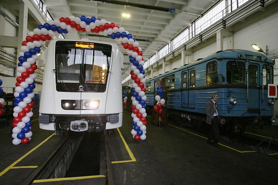 http://galeria.index.hu/belfold/2009/02/09/bemutattak_az_uj_metrokocsikat/413793_610ed3b77d2baa4041f4034db1d91cf9_l.jpg