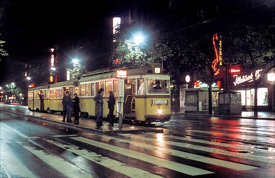 2005. szeptember 15.: Antal Ildikó muzeológus a lebontott városházi bazársor fényreklámjai közül a Mignon Eszpresszó feliratát vizsgálja a Magyar Elektrotechnikai Múzeumban. (Fotó: Balaton József)