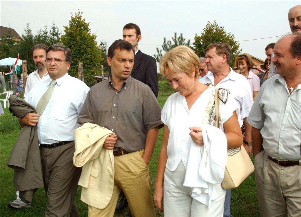 Mogyoród, 2009. június 21. Orbán Viktor, a Puskás Ferenc Labdarúgó Akadémia (PFLA) alapítója, a Fidesz - Magyar Polgári Szövetség elnöke futballozik, amikor FTC All Stars- Mogyoród FC mérkőzéssel felavatják a Mogyoród Futball Club új műfüves labdarúgópályáját.