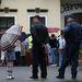 A hivatal dolgozói a rendőrség segítségét kérték, végül két rendőrrel kituszkolták az embereket az épület előtti térre.