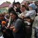 Körülbelül kétszáz helybéli árvízkárosult azért kezdett tüntetni, mert az ígéretek ellenére nem kaptak még semmiféle segélyt és segítséget.