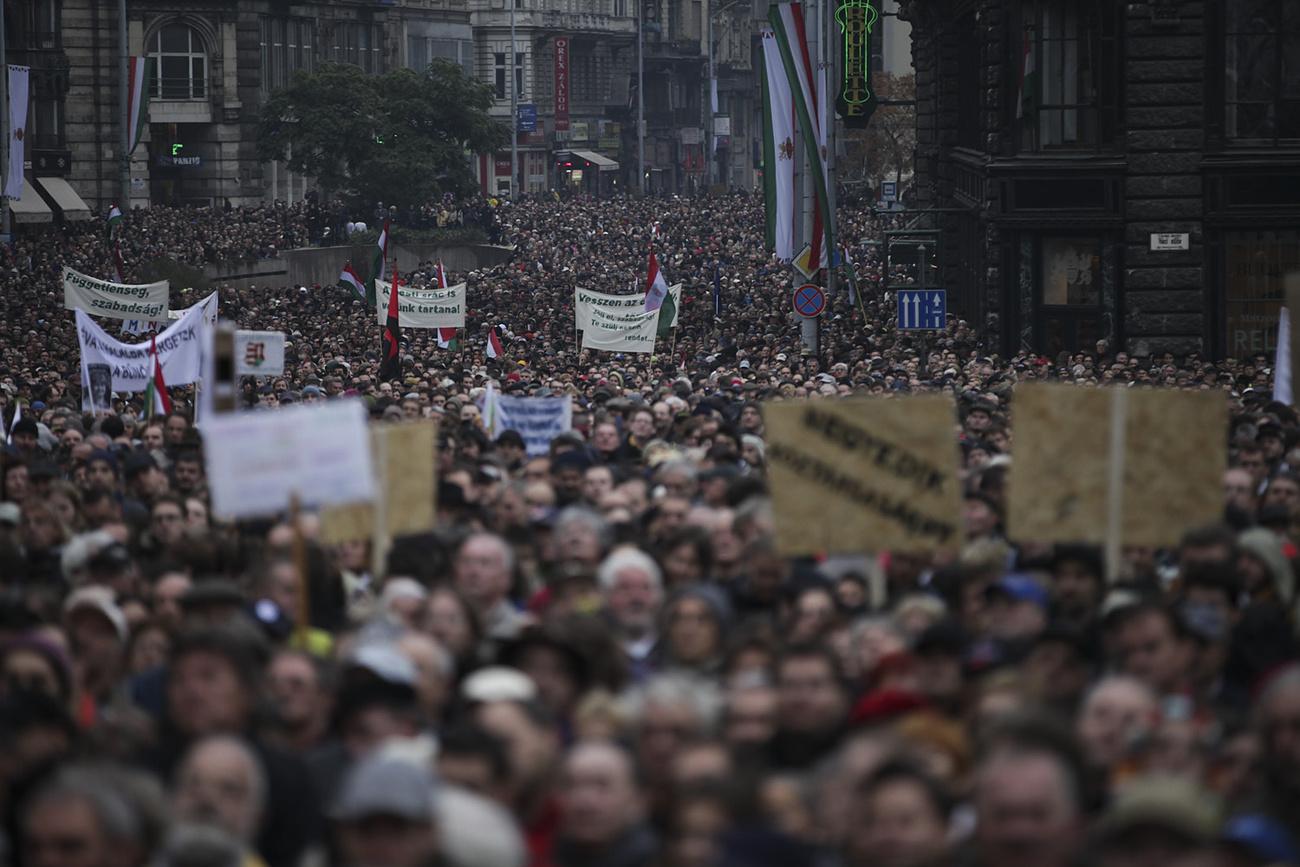 December 23. - Ahogy az LMP megígérte, tényleg új típusú ellenállásba kezdtek pénteken, aminek eredménye az lett, hogy képviselőiket és szimpatizánsaikat rendőrök vitték el a Kossuth térről. Az akcióhoz kéretlenül csatlakozott Gyurcsány Ferenc volt miniszterelnök, később pedig az MSZP is. Gyurcsány Ferencet és az LMP-s képviselőket is előállították, majd elengedték őket. >>