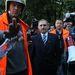 Pintér Sándor belügyminiszter a Kossuth téren tüntető fegyveres és rendvédelmi dolgozók előtt bejelentette, hétfőn tárgyalásokat kezd velük és megígérte, hogy kifizetik a tűzoltók elmaradt túlórapénzeit. A tüntető fegyveres és rendvédelmi dolgozók tömegesen mentek be a Parlament elkerített parkolójába, egészen az Országház főlépcsőjéig. Füstbe borították a Kossuth teret és a Belügyminisztérium környékét, a Nemzetgazdasági Minisztérium előtt izraeli zászlót égettek, közel tízezren kürtökkel, sípokkal, dobokkal demonstráltak. >>