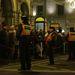 Mire a kinti tüntetés véget ért, bent elkezdődött az alaptörvény hatálybalépésére rendezett gálaműsor az Operaházban, ahol megjelentek az állami vezetők, köztük a közjogi méltóságok.