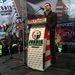 Vona a tüntetésen arról beszélt, hogy az Európai Bizottság szerdai döntése hadüzenet volt. Egyrészt azzal, hogy törvények visszavonására szólították fel Magyarországot, azt üzenték, hogy mondjon le a függetlenségéről. Másrészt újabba megszorításokat kértek a kormánytól, mondta Vona.