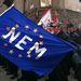 Népszavazáson kell dönteni az Európai Unióból való kilépésről – mondta Vona Gábor a Jobbik elnöke, a párt szombati budapesti tüntetésén.