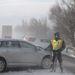 Összetört autó mellett áll egy rendőr az M7-es autópálya székesfehérvári szakaszán