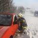 Egy tűzoltó beszélget egy a hófúvásban elakadt autó sofőrjével az M7-es autópálya székesfehérvári szakaszán