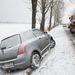 Árokba csúszott autót vontat egy sószórógép Tokaj és Tarcal között