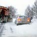 Autóját ássa ki a hó fogságából egy férfi Tótvázsony és Nagyvázsony között