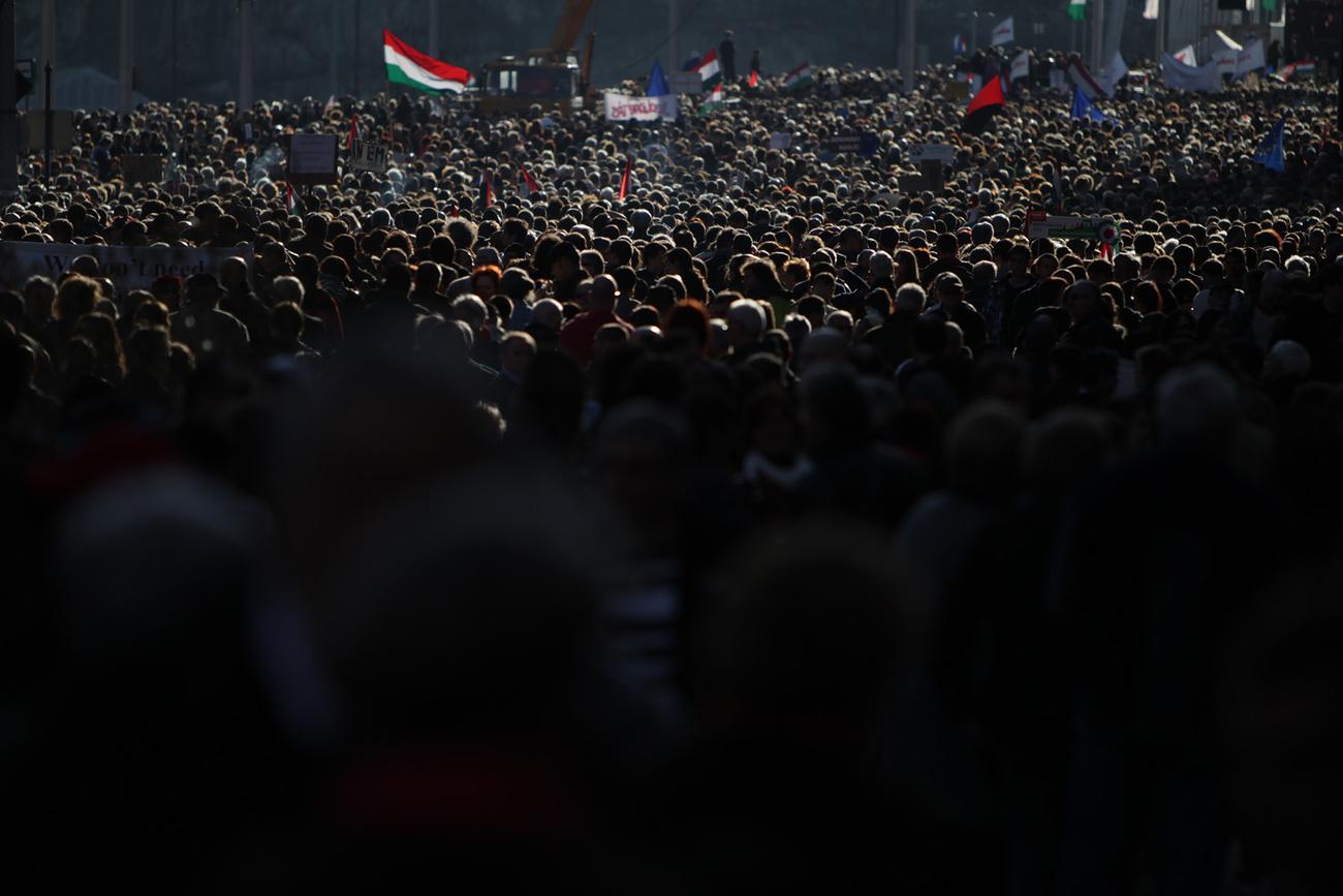 Az Egymilliós tüntetés résztvevői nem zavartatták magukat a Jégbüfé előtti nemzeti radikális tüntetők  időnként felhangzó kórusa miatt.