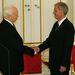 Budapest 2005. augusztus 5. Sólyom László köztársasági elnök (j) és eldje Mádl Ferenc kezet fog egymással az új államfő beiktatási ünnepségén a Sándor-palotában Budapesten.