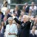 Budapest 2000. augusztus 4. Mádl Ferenc köztársasági elnök ünnepélyes beiktatási ünnepségét az Országház előtt budapesti Kossuth téren rendezték. A 69 éves jogászprofesszort június 6-án választotta államőfvé az  Országgyűlés. Az új államfő Göncz Árpádot váltja fel ezen a poszton aki 1990 és 2000 között töltötte be a köztársasági elnöki hivatalt.  A képen: Mádl Ferenc és felesége Dalma asszony.