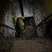 Egy másik bódéban van a személyi lejárat, ahol meredek lépcsőkön juthatunk a föld alatti tárolóhelyiségekbe.