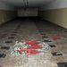 A földre festett helyek alapján ki lehet számolni, hogy egy ilyen teremben hány töltetet tárolhattak. Az előtérben a görgős konténerek rögzítésére használt speciális kampók láthatók.