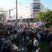 Gyülekeznek az emberek a Széna térnél. A Mammut bevásárlóközpontnak már a végéig ér a tömeg.