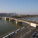 A budai hídfőnél a Margit hídra kanyarodva eszetlen tömény pálinkaszag terjeng. Az elhaladó emberek megjegyzéseket tesznek rá.