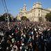 Kezdődik az állami ünnepség a Kossuth téren. Ide érkeztek a Békemenet résztvevői is. A tér megtelt ünneplőkkel.