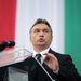 """""""De nem fogadjuk el, hogy az EU bármely intézménye tiszteletlenül bánjon a magyarokkal"""" – mondta Orbán Viktor. """"Mégis aláírtok mindent nekik"""" – kiabálta be egy Jobbik zászlós a Kossuth tér széléről."""