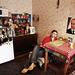 Tánya (20), a rajongói klub egyik tagja Moszkva külvárosában található lakásában üldögél