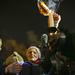 A tandíj, a keretszámok és a diploma megszerzése utáni röghöz kötés ellen tiltakozó diákok pénteken délután a Széll Kálmán téren tüntettek. Rituálisan kinyomtatott hallgatói szerződéseket semmisítettek meg.