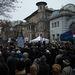 Néhány száz fő gyűlt össze a Fidesz székháza előtt