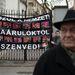 Megjelentek a Fideszt védő ellentüntetők a Lendvay utcában. Az idősebbekből álló csoport keménykedett egy ideig, majd hangos politikai vitában próbálta megvédeni a kormánypártot a székházfoglalók érveivel szemben.