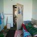 Egy rögtönzött lakás az épület egyik szobájában.