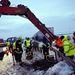 A katasztrófavédelem munkatársai átvágják az elválasztó szalagkorlátot az M1-es autópályán Bábolna mellett 2013. március 15-én, hogy a Győr irányába tartó de a dugóban rekedt autók vissza tudjanak fordulni.