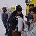 Facebookon és közösségi felületeken szerveződő önkéntes csoportok és a Vöröskereszt is forró teát és élelmiszert osztott a hóban rekedt autósoknak. A képen önkéntesek segítenek az M1-es autópályán Tata közelében.