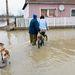 Helyi lakosok az ipolytarnóci Rákóczi úton, miután a kiáradt Ipoly folyó hét portát öntött el a településen.