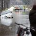 Egy autó az árokban, melynek vezetője megpróbált átjutni egy lezárt, vízzel elöntött úton a Vas megyei Csénye határában.