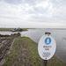 Egy munkagép vágja át a Hortobágy folyó védtöltését az ágotai árvízi vészelzáró mű közelében Püspökladány térségében