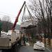 Homokzsákokat pakolnak le egy teherautóról a Miskolchoz tartozó Alsóhámorban