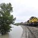 Tehervonat halad délelőtt Esztergom és Almásfüzitő között a megáradt Duna partján Lábatlan közelében. A vasúti és közúti közlekedésben is gondot jelent az áradás, lezártak több utat, és az Esztergom-Komárom vasútvonalat.