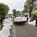 Katasztrófavédelmisek dolgoznak a homokzsákokból épülő alkalmi gát építésén a 2-es számú főúton Sződligeten. Az út több szakaszát is lezárták.