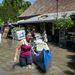 Kiürítenek egy elárasztott házat Dunabogdányban