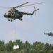 Katonai helikopterek szállítják a homokzsákokat Győrújfaluba