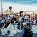 Homokzsákokat töltenek önkéntesek a Halász utcánál
