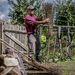 A legfiatalabb lakos, a 32 éves Moldován Csaba seprűt készít háza udvarán.