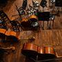 A színpad és az első sorok alatt hangszerraktár van.