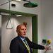 Bakonyvári Sándor főépítész az egyik laborban egy biztonsági zuhany alatt áll: ha egy kutató véletlenül leönti magát valamivel, a kar megrántásával pillanattok alatt hígíthatja