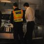A helyszínelésre érkező rendőrautó, és helyszínelő rendőrök a Budai Mentőállomáson Welsz halála után