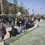 Eközben a felszínen tömegek várták a déli nyitást