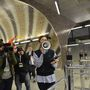 Húsz percet késett a 4-es metró átadása pénteken a Kelenföldi pályaudvar megállónál, de ezt már mindenki kibírta a 8, vagy - más számítás szerint - 18 év várakozás után.