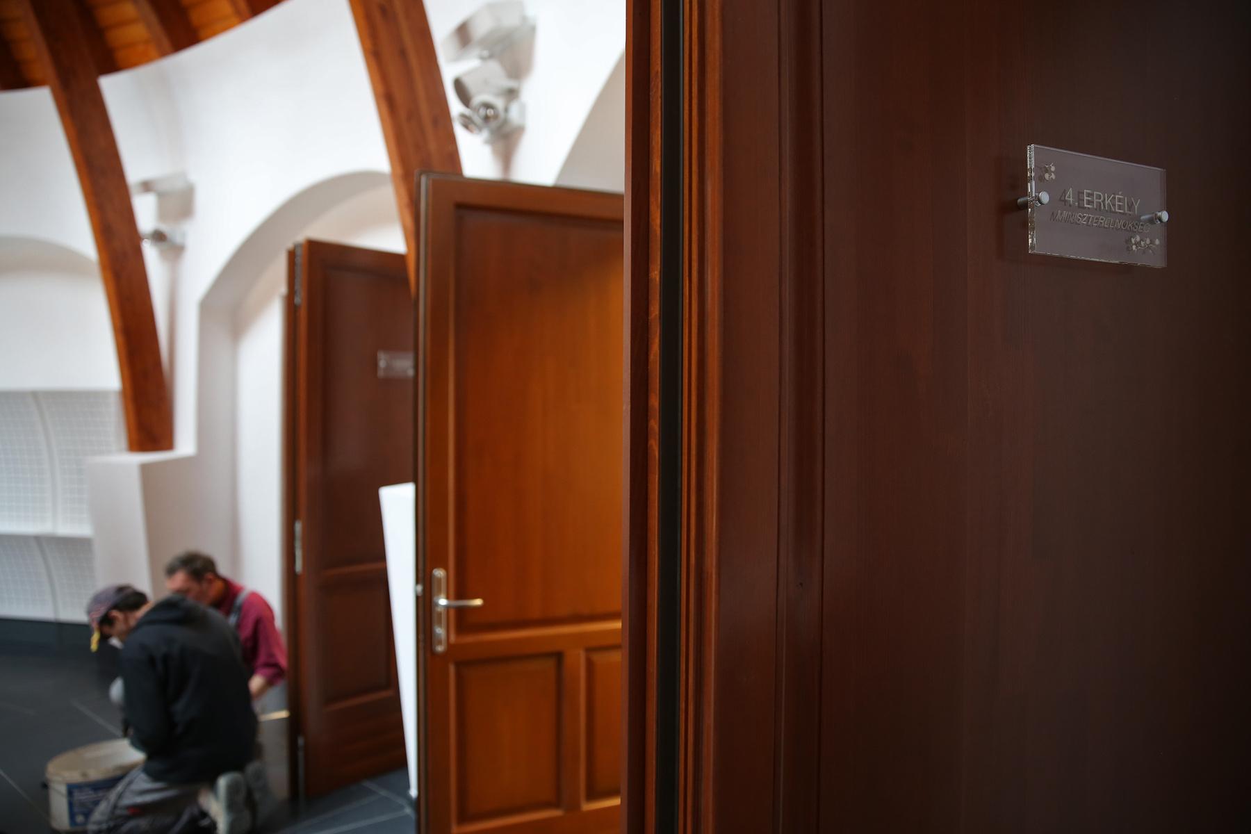 A Miniszterelnökség VIP-szobája, ami a Miniszterelnökség szerint mégsem az övék, hanem csak Orbán Viktoré