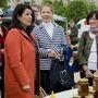 Király Nóra, a XI. kerületi önkormányzat fideszes képviselője (j2) és Szemerkényi Réka miniszterelnöki főtanácsadó EP-képviselőjelöltek. Éppen a mézespult előtt beszélgetnek Pelcznével.