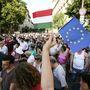A Kossuth téri program háromnegyed hét körül ért véget, a résztvevők elindultak a Magyar Telekom Krisztina körúti székháza elé.