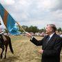 Lezsák Sándor a székely zászlóval